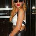 Rihanna oldalra fésült hajjal hord sapkát.