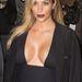 Kim Kardashian és mellei megérkeztek a Mademoiselle C premierjére Párizsban.