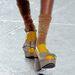 Retrocipő és strasszos zokni.
