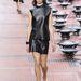 A modell fekete ruhát, fehér cipőt és ezekhez passzoló átmenetes körmöket kapott.