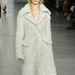 Axente Vanessa elefántcsont kabátban Calvin Klein bemutatóján.