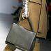 Elegáns táska modern kesztyűvel.