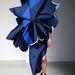 A javarészt kék színben pompázó ruhák annyira eltakarták a modellek fejét, hogy azok ki sem láttak a ruhák fölül.