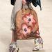 Virágos luxustáska virágmintás cipővel a Burberrytől.