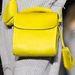 Retniaégetően sárga táskával kombinálták a hatvanas-hetvenes évek ihlette kollekciót.