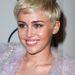 Miley Cyrus hosszú barna hajból váltott rövid szőkére.