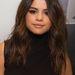 Ahogy Selena Gomez is egyszerű, picit hullámos, középen választott barna hajával.