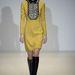 A hatvanas éveket idéző sárga ruha kristályokkal kirakva.