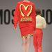 Moschino 2014 ősz-tél: Jeremy Scott, a márka új kreatívtervezője mintha a McDonaldsnak készített volna reklámot.