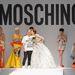 A tápértékekkl telenyomott menyasszonyi ruha szerintünk remek ötlet. A modell a tervezőnek ad puszit a show végén.