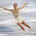 A második nagy kedvencünk ez a felsőrészén díszített, alul egyszerű hófehér szoknyás versenyszett a japán Akiko Suzukin. Tökéletesen mutat a jégen, a díszítésnek köszönhetően nem vész el a fehérségben.