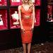 Candice Swanepeol a Valentin-napról a huszadik bőrt lehúzó Victoria's Secret eseményére vette fel az elöl keresztben futó ruhát.