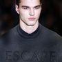 Calvin Klein főleg pulóvereket mutatott be ebből az anyagból.