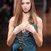 Az elmaradhatatlan medúza-logós lánc a Versace kifutóján.