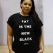 A rendezvény szlogenje pólóra nyomva. Állítólag a duciság az új fekete.