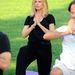 Heidi Klum a parkban jógázik.