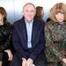Párizsban a divat legbefolyásosabb arcai ülnek celebnők és bloggerek helyett az első sorban, balról jobbra: Carine Roitfeld, ex-Vogue főszerk, Francois-Henri Pinault, több nagy divatmárka igazgatója, és Anna Wintour.