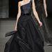 Az E! Online szerzői nagy összegben mernének fogadni arra, hoögy Roberts feketében lesz, és csak remélik, hogy ha már a szín ilyen borús, legalább a szabás kicsit izgalmas lesz. Ők erre a Monique Lhuillier 2014-es őszi-téli ruhára gondolnak.