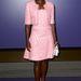 A színésznő ezüst színű metálos cipővel és fehér táskával párosította a rózsaszín ruhát.