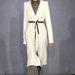 Fehér kabát metálpiros lakkbőr csizmával Margiela kifutóján.