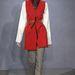 A fűző szolidan a kabát alatt, az ingeken jelenik meg a belga tervező kollekciójában.