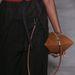 Margiela egy nadrágra és szoknyára csatolható táskát is beépített gyűjteményébe, amit várhatóan előszeretettel vesznek majd át a fast-fashion márkák is a közeljövőben.
