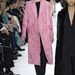 Divatban marad a púder rózsaszín  kabát is a Dior szerint.