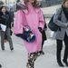 Párizsi divathét: Anna Dello Russo másodszor, ezúttal a francia fővárosból. A rózsaszín kabát most nagyon divatos, de kevesen hordják olyan feltűnő kiegészítőkkel, mint a japán Vogue szerkesztője.