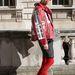 Londoni divathét: A kínai Elle szerkesztője, Leaf Greener a Young Lee bőrdzsekit Chanel táskával, Proenza Schouler pulóverrel, Balenciaga cicanadrággal, Churches csizmával és Jeremy Scott for Linda Farrow napszemüveggel párosította.