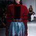 A szakma száműzöttje, John Galliano is bemutatott: menő lesz metálszínű szoknyát kötött pulóverrel hordani az ősszel.