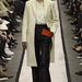 Bő szabású nadrág és tojáshéj színű térdig érő kabát a Givenchytől.