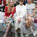 Mintás Chanel szoknyában Banderas lánya, mellette fehérben Melanie Griffith és Tao Okamoto.