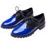 Kék-fekete fűzős cipő a Romwetől, amit nem cska a színei, de a talpa is feltűnővé tesz. 12 ezer forint.