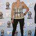 A fűző a divat része, szelidített formában gyakran előkerült a 2000-es évek elején, mint felsőruházat. (A képen Charlize Theron álldogál)