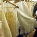 Ez egy közel 100 éves alsó: a bugyik, jobban mondva szoknya alatt viselt alsóneműk a XX. század elejéig nyitottak voltak, hogy ne kelljen még külön a lehúzásukkal bénázni a fűzőben.