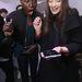 Ajak Deng és Yumi Lambert egy Samsung telefont csodál a New York-i divathéten.