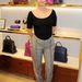 2013 végéreegy trendi belvárosi nő a szekrénye tele volt jellegtelen cipzáras pulóverekkel és hétköznapi farmerekkel, de a magazinokban is egyre több divatanyagban bukkant fel efféle viselet. Pixie Geldof egy Furla boltnyitón.