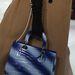 Tengerkék táska a Dior kifutóján.