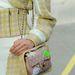A Chanel műanyag fóliába csomagolta luxustáskáját.