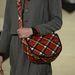 Marc Jacobs szerint divatba jön a vállon átdobós kockás fazon.