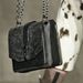 A szőrrel borított láncos táska megjelent a Rag & Bone kifutóján is.