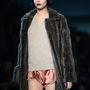 Cara Delevingne a Louis Vuitton kifutóján lejtett végig szőrmében.