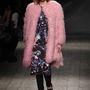 Rózsaszín műszőr kabát az olasz MSGM kifutóján.