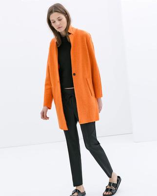 A H&M egy púderszín átmeneti kabáttal teszi le voksát a kabátvitában. 12990 forint.