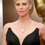 Charlize Theron 3,58 milliárd forintot visel.
