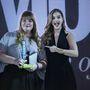 Szegedi Kata Palvin Barbarától vehette át a legjobb tervezőnek járó díjat a 2014-es Glamour gálán.