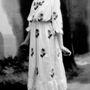 Elegáns hímzésű ruháira hamar rákaptak a párizsi gazdag nők. A képen egy modell 1900 körül mutat be egy Lanvin ruhát.