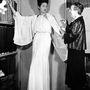 16 évesen már gyakornokként segédkezett az ismert kalaposnő, Madame Félix párizsi üzletében. Jeanne Lanvin 1920 környékén egy modelljén igazít ruhát.