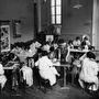 Nem kellett sokat várni az üzlet bővítésére sem,első körben kislány ruhákat, majd nem sokkal később női kollekciókat is készített. 1925: ilyen egy művészeti iskola belülről.