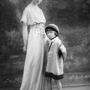 A ruhákat lánya és múzsája, Marguerite  népszerűsítette a játszótéren és a babazsúrokon. Szintén 1900 környékén készült a kép.